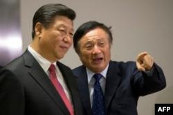 中国国家主席习近平在伦敦访问华为公司的办公室,华为总裁任正非介绍情况(2015年10月21日)。