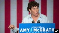 Amy McGrath saat berkampanye dalam pemilu anggota Kongres AS di Owingsville, Kentucky tahun lalu (foto: dok).