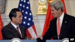 中国外交部长王毅在与美国国务卿克里会面