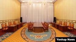 11일 남북 당국간 회담이 열리기로 예정되었던 한국 서울 그랜트힐튼 호텔 회의장이 텅 비어있다. 한국 정부는 북한이 12일로 예정되었던 당국간 회담을 보류한다고 통보해 왔다고 밝혔다.