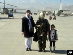 لطیفه نبی زاده، پیلوت افغان(وسط) دختر خردسال لطیفه نبی زاده(راست) و فوزیه احسان، خبرنگار رادیو آشنا(چپ)
