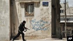14일 시리아 홈스에서 교전 중인 반군..