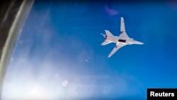 러시아의 Tu-22M3 장거리 폭격기가 16일 시리아 알레포 상공에서 공습 임무를 수행하고 있다. 러시아 국방부는 자국 전투기가 시리아 내 ISIL 공습 임무를 수행하기 위해 이란 공군기지에서 이륙했다며, 동영상을 공개했다.