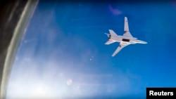 នេះជារូបភាពផ្តល់ដោយក្រសួងការពារជាតិរុស្ស៊ី បង្ហាញពីយន្តហោះទម្លាក់គ្រាប់ Tu-22M3 កំពុងហោះក្នុងការវាយប្រហារតាមអាកាសលើទីក្រុង Aleppo ក្នុងប្រទេសរុស្ស៊ីកាលពីថ្ងៃទី១៦ សីហា ២០១៧។