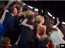 Kevin Spacey, Angelina Jolie, Julia Roberts, Brad Pitt, Jennifer Lawrence, Ellen DeGeneres y Jared Leto junto a otras celebridades.