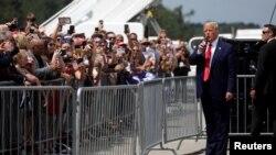 Başkan Trump Kuzey Carolina eyaletinin Wilmington kentindeki havaalanında destekçileriyle bir araya geldi.