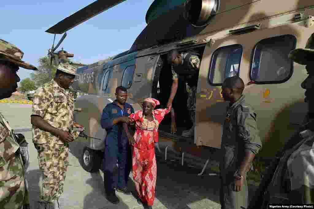 """Rundunar sojojin Najeriya ta mika daliba 'yar Chibok, Amina Ali, da jaririyarta da kuma """"mijinta"""" ga gwamnan Jihar Borno, Kashim Shettima"""