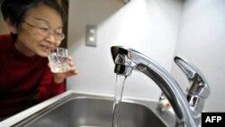 Žena u Tokiju pije vodu sa česme i posle saopštenja o kontaminiranosti gradskog vodovoda, 23. mart 2011.