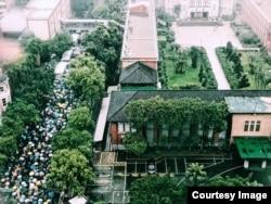 数以千计的同婚法支持者冒雨在台湾立法院外等后投票解果(图片来源:婚姻平权大平台)