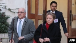 Kepala Eksekutif Oxfam, Mark Goldring (kiri), dan Ketua Pengurus Yayasan Caroline Thomson, berjalan meninggalkan Departemen Pembangunan Internasional di London, 12 Februari 2018.