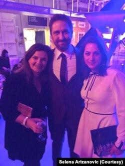 """Selena Arizanović sa sestrom Nevenom i Džerardom Batlerom, junakom franšize """"Olimp je pao"""""""