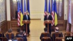 2015年2月5日乌美国国务卿克里克和乌克兰总统彼得·波罗申科(右)在基辅联合记者会