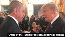 Presiden Turki Recep Tayyip Erdogan berbincang dengan Presiden AS Donald Trump pada acara makan malam yang diadakan Presiden Macron di Paris, Perancis, 10 November 2018 lalu (foto: dok).