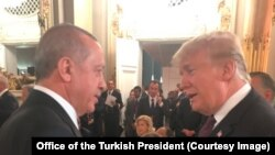 Presiden Turki Recep Tayyip Erdogan (kiri) bersama Presiden AS Donald Trump saat bertemu dalam jamuan makan malam yang diselenggarakan oleh Presiden Perancis Emmanuel Macron di Paris, Perancis, 10 November 2018. (Foto: dok).