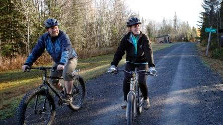缅因州护士凯西•希科克斯(右)和其男友骑单车外出