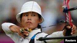 지난 2012년 8월 영국 런던 올림픽 양궁 여자 개인전에 출전한 북한의 권은실 선수. (자료사진)