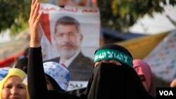 Pada sebuah protes pro-Morsi di Kairo, para ibu mengatakan mereka membawa anak-anak berdemonstrasi untuk mengajari mereka memperjuangkan hak. (VOA/H. Elrasam)