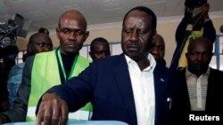 Raila Odinga votant au bidonville de Kibera, Nairobi, Kenya, le 8 août 2017.