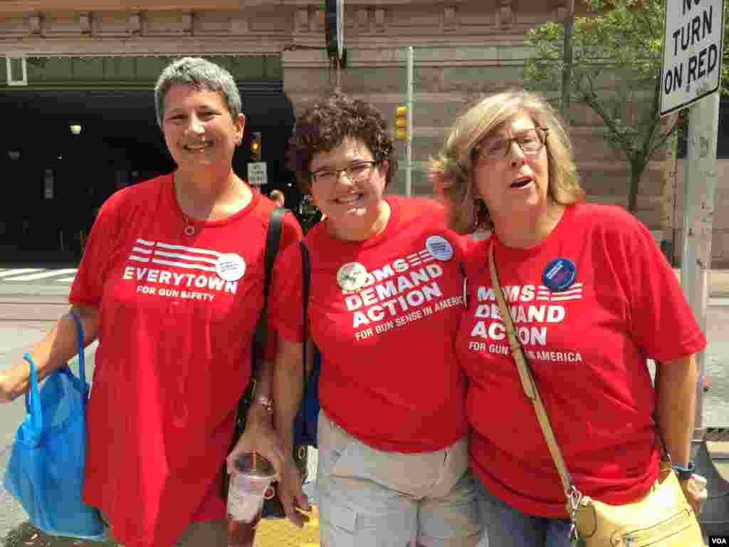 حامیان هیلاری کلینتون و برنی سندرز در خیابان های فیلادلفیا.