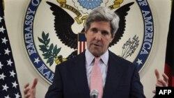 Сенатор Джон Керри на пресс-конференции в посольстве США в Кабуле. Афганистан. 15 мая 2011 года
