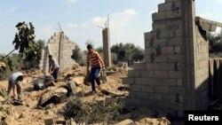 巴勒斯坦人檢視空襲過後的地點