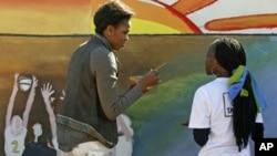 米歇爾.奧巴馬星期五在博茨瓦納幫助一個艾滋病中心刷油漆牆壁