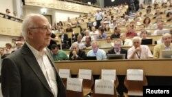 지난해 7월 스위스에서 열린 학회에서 영국의 물리학자 피어 힉스가 '신의 입자'로 불리는 힉스 보손에 대해 발표했다. (자료사진)
