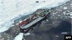 Rus gəmisi Cənubi Koreya buzqıranı tərəfindən xilas edildi