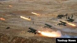 북한이 31일 서해북방한계선 지역 7곳에서 총 500여발의 해안포와 방사포를 발사하는 대규모 해상사격훈련을 했다. 사진은 지난해 3월 노동신문이 보도한 북한 군 포병부대의 사격 훈련 장면. 당시 북한은 김정은 국방위 제1위원장이 훈련을 지도했다고 주장했다.