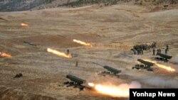 북한 측이 한국 군의 북방한계선 침범 대응을 군사적 도발이라며 군사적 타격을 가하겠다고 위협했다. 사진은 지난해 3월 북한 군 포병부대가 연평도와 백령도 타격과 관련해 포 사격훈련을 하는 모습. (자료사진)