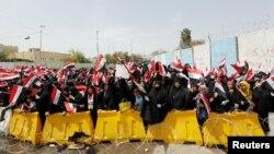 Pendukung ulama Syiah Irak, Muqtada al-Sadr, berdemonstrasi menuntut parlemen menyetujui kabinet baru, di Baghdad (26/4). (Reuters/Ahmed Saad)