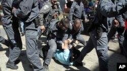 2015年5月17日以色列青年庆祝耶路撒冷日进入耶路撒冷老城: 以色列警察扣留巴勒斯坦男子
