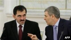Президент Ингушетии Юнус-Бек Евкуров (слева) и президент Кабардино-Балкарии Арсен Каноков. Москва. Кремль. 22 января 2010 года