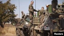 Tentara Perancis mengisi bahan bakar untuk kendaraan militer yang membawa mereka ke Bamako, 15 Januari 2013. (REUTERS/Joe Penney).