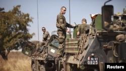 Binh sĩ và xe bọc thép của Pháp tiến vào thủ đô Mali từ Bờ Biển Ngà, ngày 15/1/2013.