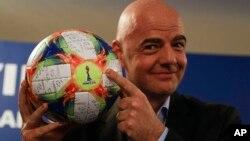 Le président de la FIFA, Gianni Infantino, présentant le ballon officiel du Mondial 2019 lors d'une conférence de presse à Rome, le 27 février 2019.
