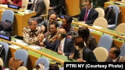 Reaksi Wakil Tetap RI di PBB Duta Besar Dian Triansyah Djani dan delegasi Indonesia saat hasil pemungutan suara untuk menjadi anggota Dewan HAM PBB diumumkan, di New York,Kamis, 17 Oktober 2019. Indonesia meraih suara terbanyak, yaitu 174 suara. (Foto: P