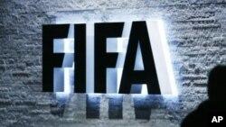 FIFA telah menjatuhkan sanksi atas lima klub sepakbola dari Argentina dan Uruguay terkait transfer pemain secara ilegal (Foto: logo FIFA di kantor pusat FIFA di Zurich, Swiss, 29 Oktober 2007)