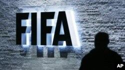 Logo của Liên đoàn Bóng đá Quốc tế (FIFA) tại trụ sở chính ở Zurich, Thụy Sĩ.