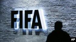 Logo FIFA di kantor pusatnya di Zurich, Swiss.