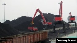 지난 17일 북한 라진항에 도착한 열차에서 러시아산 유연탄을 하역하는 모습. 러시아산 유연탄을 러시아 하산과 북한 라진항을 잇는 철도로 운송한 뒤, 라진항에서 화물선으로 한국 항구로 가져오는 남북러 복합물류사업의 시범 운송을 진행 중이다.