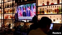 Un televisor en el bar Baro, de Manhattan, transmite la cumbre en Singapur entre el presidente de EE.UU. Donald Trump y el líder de Corea del Norte Kim Jong Un. Nueva York, junio 11 de 2018.