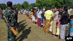 Người Miến Điện xếp hàng lấy thực phẩm tại 1 trạm cảnh sát ở thị trấn Mae Sot của Thái Lan, Thứ hai 8/11/2010