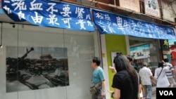 大批參觀者觀看活化廳展出一張照片,看到1989年6月4日清晨,解放軍坦克車隊停在北京天安門廣場的情況。