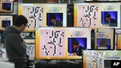 지난 9일 한국 서울에서 구글이 개발한 인공지능 프로그램 '알파고'와 이세돌 9단의 바둑 대국을 중계하고 있다.