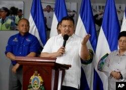 Omar Rivera, miembro de la comisión de gobierno de Hondura responsable de eliminar la corrupción en la Policía, habla en conferencia de prensa en Tegucigalpa. Enero 26 de 2018.
