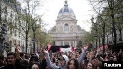 Sinh viên Pháp biểu tình phản đối cải cách giáo dục của Tổng thống Macron trước trường đại học Sorbonne ở Paris ngày 10/4/2018.