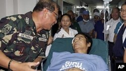 Philippine Southern Luzon Command Chief Lt. General Roland Detabali, left, talks with captured senior communist rebel commander, Tirso Alcantara, at a military hospital in suburban Quezon City, 5 Jan 2011