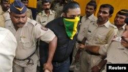 半蒙面的嫌疑人被印度警察押到法庭(2015年9月11日)