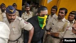 Salah seorang tersangka (ditutup wajahnya) saat dibawa ke pengadilan di Mumbai, India, Jumat (11/9).